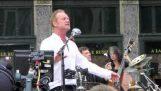 """Ο Sting τραγουδά το """"Englishman In New York"""" ζωντανά στη Νέα Υόρκη"""