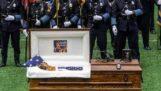 Un chien policier est enterré avec les honneurs des héros