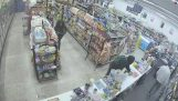 Thieves neutralize a robber in a rather chaotic manner