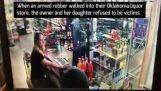 Anne ve kızı likör mağazasında silahlı soyguncu defetmek