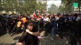 Coupe du Monde 2018: ventilateurs forçant barrières à l'entrée de la zone de fan