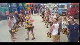 سائقو الشاحنات الهولندية الرقص مع صناديق البيرة