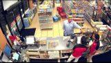 एक आदमी अपनी उंगली के साथ एक सुपरमार्केट लूटता