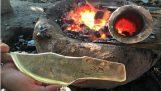 A face un cuțit de bronz cu unelte primitive