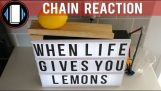 Een Rube Goldberg machine voor het gieten van citroensap