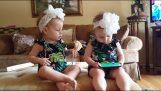 जुड़वां फोन पर एक खेल खेलते हैं
