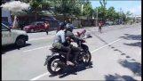 प्रेमी चरण एक दयनीय शादी के प्रस्ताव के लिए एक मोटरसाइकिल दुर्घटना