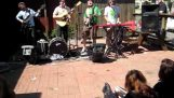 Mumford & Sons plays in front of a pizzeria in 2009 (Texas)