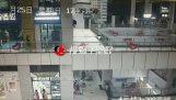 Silný déšť způsobuje shopping mall střechy hroutit