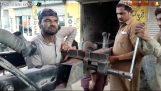 एक ट्रक में एक टूट फ्रेम की मरम्मत (पाकिस्तान)