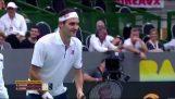 Ein Fan fragt Roger Federer, still zu sitzen, damit er ein Bild aufnehmen kann