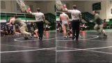 Bir baba bir güreş maçında oğlunun rakibi saldırır