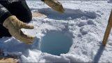 صوت الجليد في حفرة عميقة