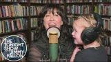 Alanis Morissette kucağında kızı ile şarkı söylüyor