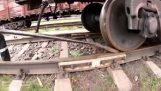 Un hombre empuja un tren