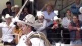Pozerajte sa, ako kovboj pracuje v spomalenom zábere