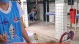 Ondertussen, in een vaccinatiecentrum in Brazilië