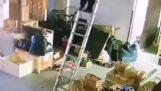 Um homem perde sua escada