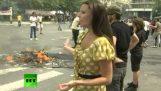 De RT nieuws verslaggevers proberen ter dekking van de afleveringen in de Grondwet
