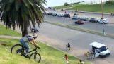 एक लापरवाह साइकिल चालक कार हिट