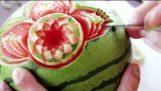 Imposante Skulptur in eine Wassermelone