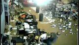 85χρονη οδηγός καταστρέφει κατάστημα