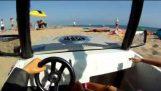 Βόλτα στην παραλία με ένα τηλεκατευθυνόμενο αυτοκίνητο