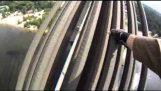 Σκαρφαλώνοντας σε μια γέφυρα 120 μέτρων