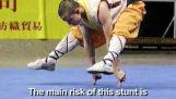 Moine Shaolin soutient son corps en deux doigts