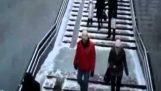 Τα παγωμένα γλιστερά σκαλοπάτια