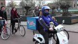 Hilarische scooters van Domino's»