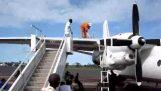 Ανεφοδιασμός αεροπλάνου στο Κονγκό