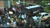 Οι Ισπανοί διαδηλωτές διώχνουν ειρηνικά τα ΜΑΤ