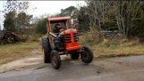 एक किसान ट्रैक्टर में टर्बो इंजन डालता है