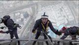 Καθαρίζοντας τα παράθυρα του ψηλότερου κτιρίου στον κόσμο