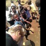 Kinderen in Congo voor de eerste keer zie een wit