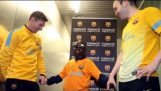 सभी खिलाड़ियों को छूने के साथ बार्सिलोना के अंधे अनुयायी को मान्यता