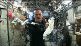 Τι γίνεται αν στύψεις μια βρεγμένη πετσέτα στο διάστημα;