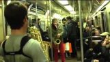 Souboj s saxofony v metru
