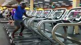 Bailar en la caminadora del gimnasio