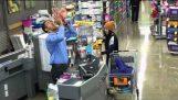 Ο παράξενος ταμίας στο σουπερμάρκετ