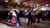 """Παραδοσιακός χορός στον ρυθμό του """"Du Hast"""""""