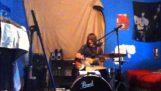Παίζοντας κιθάρα και ντραμς ταυτόχρονα