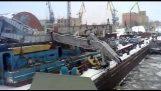 Γερανός 100 τόνων καταρρέει