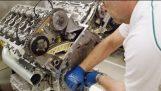 Montering en motor på fabrikken av Bentley