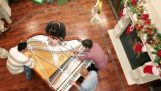 Fire pianister på en piano