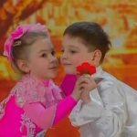 Δύο μικρά παιδιά σε ένα υπέροχο χορευτικό