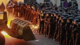 乌克兰人示威者用推土机向警务人员攻击