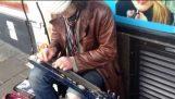 Ένας μοναδικός κιθαρίστας στους δρόμους του Μπράιτον