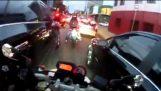 Ragazzo brasiliano pazzo illustrato come guidare una moto nelle ore di punta